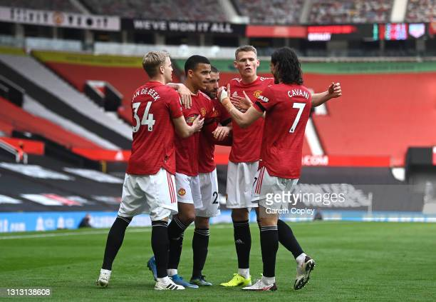 Mason Greenwood of Manchester United celebrates with teammates Donny van de Beek, Luke Shaw, Scott McTominay, and Edinson Cavani after scoring his...