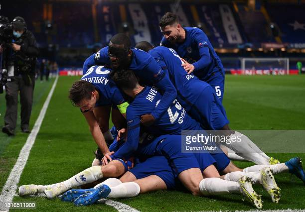 Mason Mount of Chelsea is congratulated by Cesar Azpilicueta, Antonio Ruediger, Kai Havertz, Jorginho and other teammates after scoring their team's...