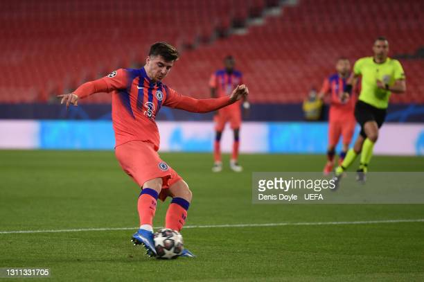 Mason Mount of Chelsea scores their side's first goal during the UEFA Champions League Quarter Final match between FC Porto and Chelsea FC at Estadio...