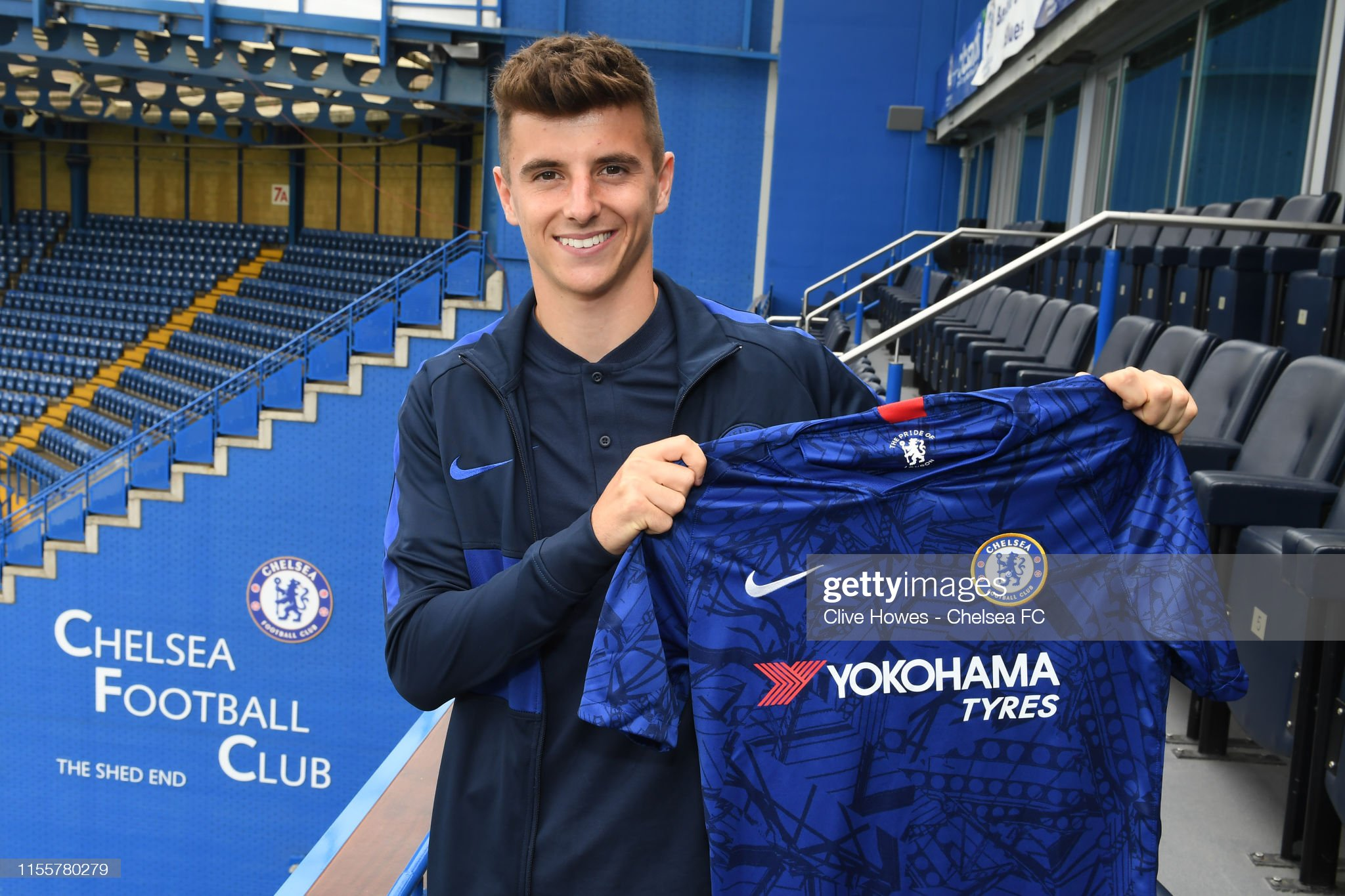¿Cuánto mide Mason Mount? - Real height Mason-mount-signs-a-new-five-year-contract-at-chelsea-at-stamford-on-picture-id1155780279?s=2048x2048