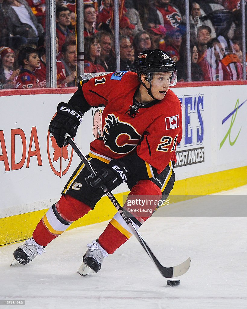newest c04e4 6edde Mason Raymond of the Calgary Flames skates against the ...