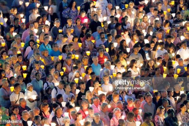 mass and procession in lourdes (france) - messe gottesdienst stock-fotos und bilder