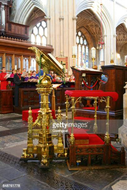 mass in bath abbey - gwengoat stock pictures, royalty-free photos & images