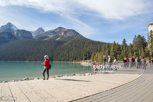 mass tourism in lake louise, canada - lake louise lake stock pictures, royalty-free photos & images
