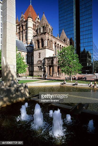 usa, massachusetts, boston, trinity church and john hancock tower in copley square - copley square stock-fotos und bilder