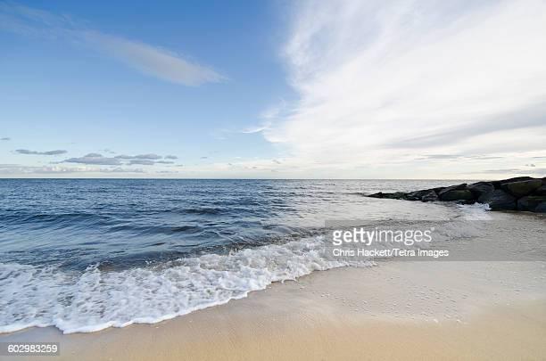 usa, massachusetts, harwich port, seascape from sandy beach - bras de mer caractéristiques côtières photos et images de collection