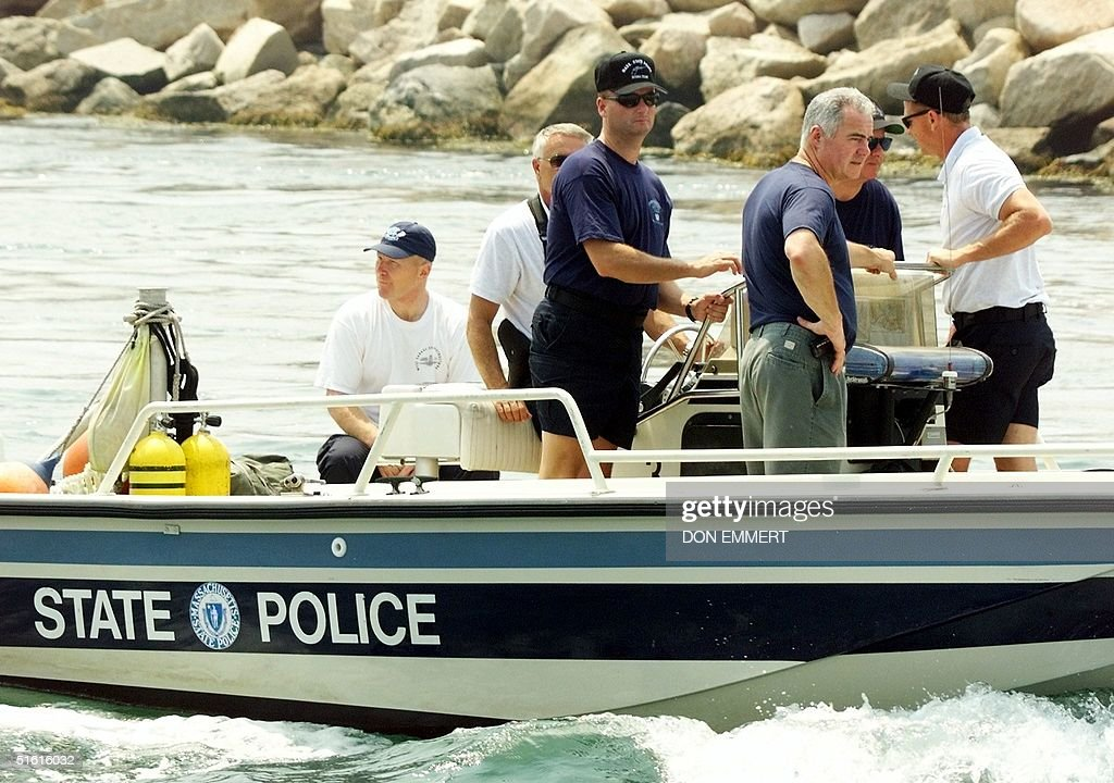 Massachusetts State Police divers leave Menemsha o : News Photo