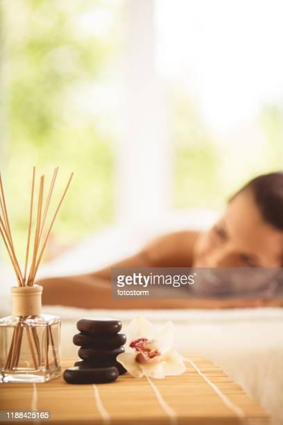 massagem e aromaterapia - tratamento em spa - fotografias e filmes do acervo