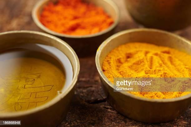 Huile de Massage à la poudre de bois de santal, au curcuma et de petites assiettes en cuivre
