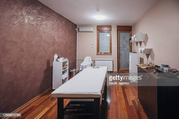 salle de massage dans le spa de beauté - massage room photos et images de collection
