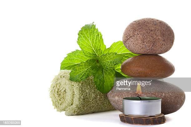 Pierres de Massage avec des feuilles de menthe