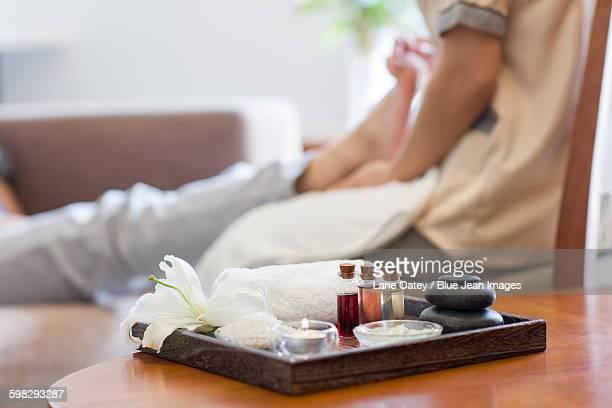 massage supplies - massage room fotografías e imágenes de stock