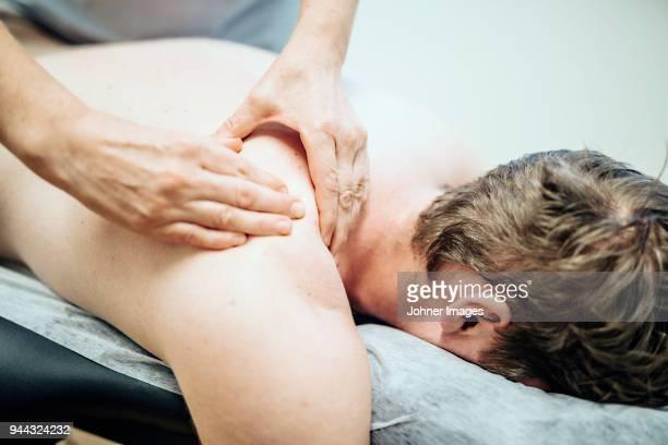 massage therapist at work - masaje hombre fotografías e imágenes de stock