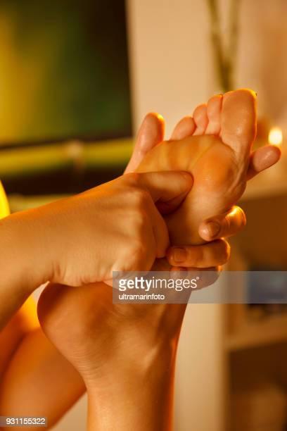 Massage-Therapeuten tun Fußmassage. Frau genießen entspannende Massage im Health Spa-Behandlung.