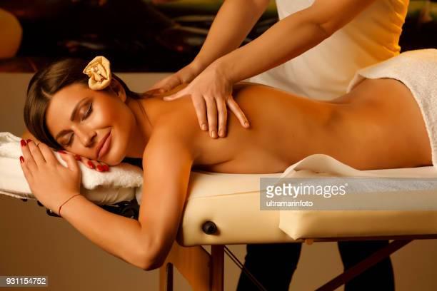 Massage-Therapeuten heilende Massage zu tun. Frau genießen entspannende Massage im Health Spa-Behandlung.