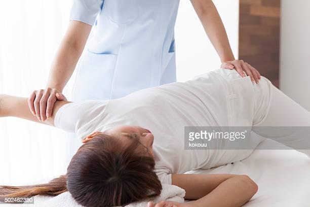 Masseur minceur femme masser les jambes