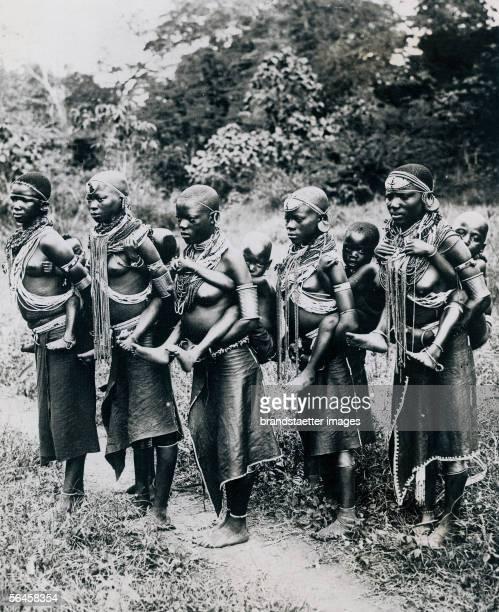 Massai women in central africa, carrying their children on their back. Photography. 1939. [Fuenf Frauen vom Stamm der Massai in Zentralafrika, die...