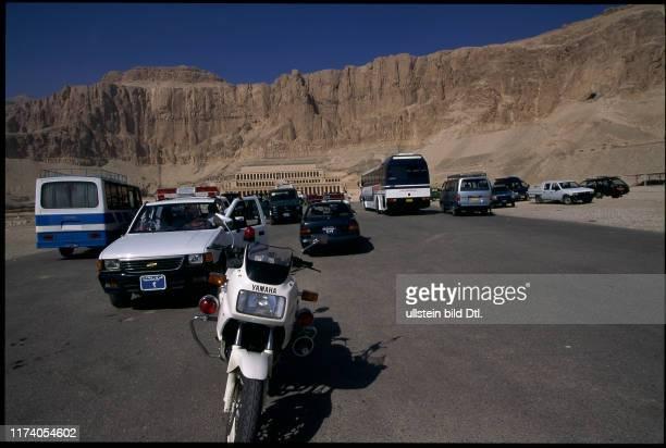 Polizeifahrzeuge vor dem Tempel