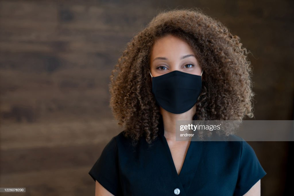 Masseuse working at a spa and wearing a facemask : Stock Photo