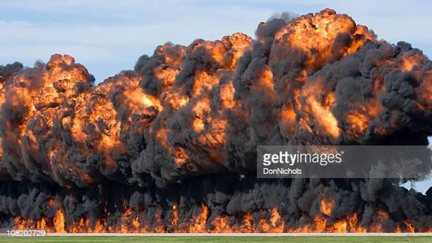 Énorme Explosion et boule de feu