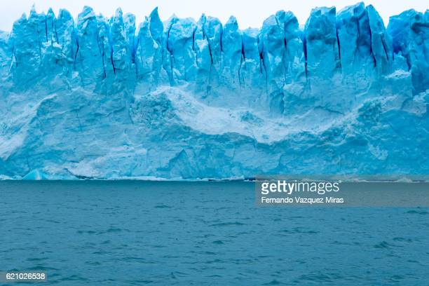massive ice towers on the front edge of the perito moreno glacier - glacier collapsing stock pictures, royalty-free photos & images