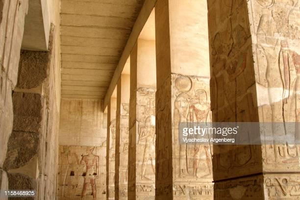 massive outer columns of the temple of seti i, abydos - argenberg - fotografias e filmes do acervo