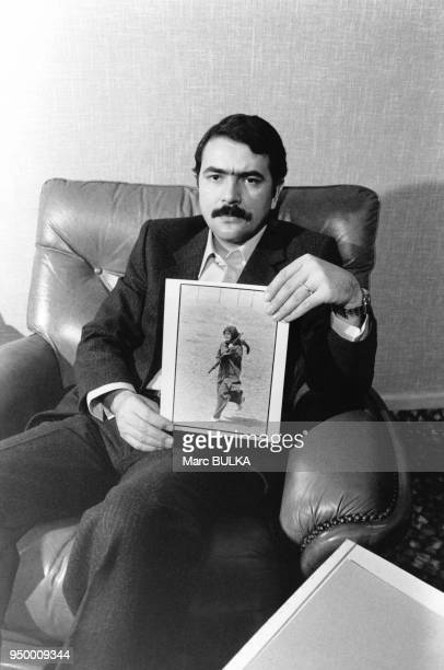 Massoud Radjavi président du Conseil national de la résistance d'Iran montrant les photos de sa femme Ashraf Rabi'i abbatue à Téhéran par les...