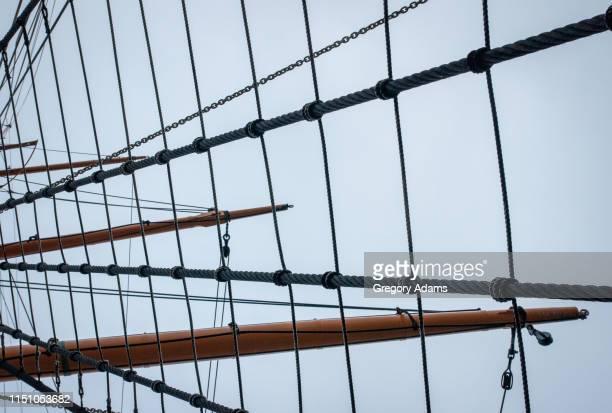mast and rigging on an old sailing ship - vaisseau de guerre photos et images de collection