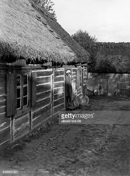 Masuria thatched farmhouse in Pilchen at Lake Rosch 1934 Photographer Seidenstuecker Vintage property of ullstein bild