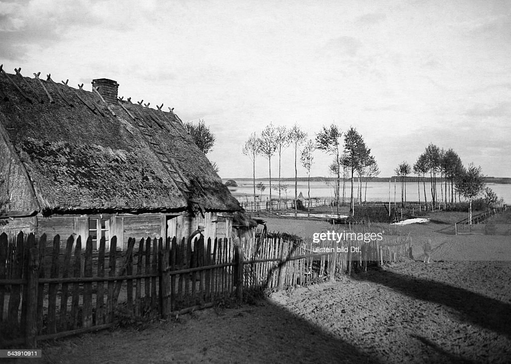 : Masuria: thatched house in Pilchen at Lake Rosch - 1934- Photographer: Seidenstuecker- Vintage property of ullstein bild : News Photo