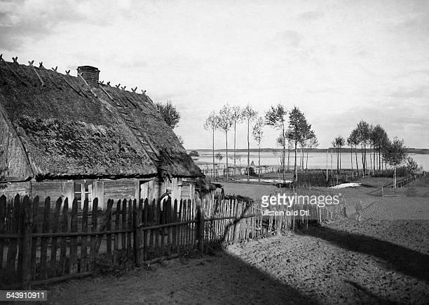 Masuria thatched house in Pilchen at Lake Rosch 1934 Photographer Seidenstuecker Vintage property of ullstein bild