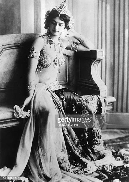 Mata Hari Dancer Spy Netherlands *07081876 real name Margaretha Geertruida Zelle executed as a spy in 1917 portrait in exotic costume 1906...