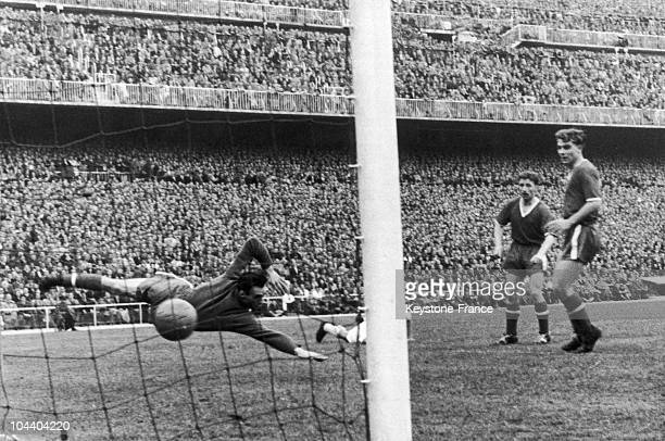 Match between Manchester and Real Madrid : the Argentinan-Spanish soccer player Alfredo DI STEFANO scored the first goal for Spain.
