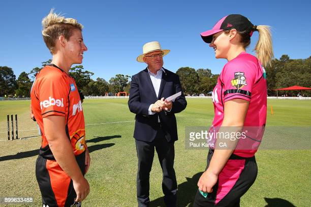 Match referee Ian Thomas talks with Elyse Villani of the Scorchers and Ellyse Perry of the Sixers following the coin toss during the Women's Big Bash...