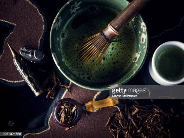 matcha tee und pfeifen liebhaber - teezubereitung und pfeifen utensilien - ceremonie stockfoto's en -beelden