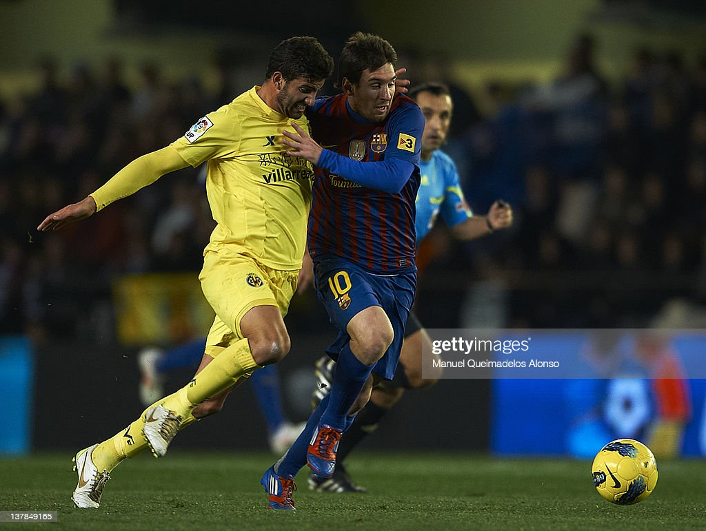 Mateo Musacchio (L) of Villarreal competes for the ball with Lionel Messi of Barcelona during the la Liga match between Villarreal and Barcelona at El Madrigal on January 28, 2012 in Villarreal, Spain.