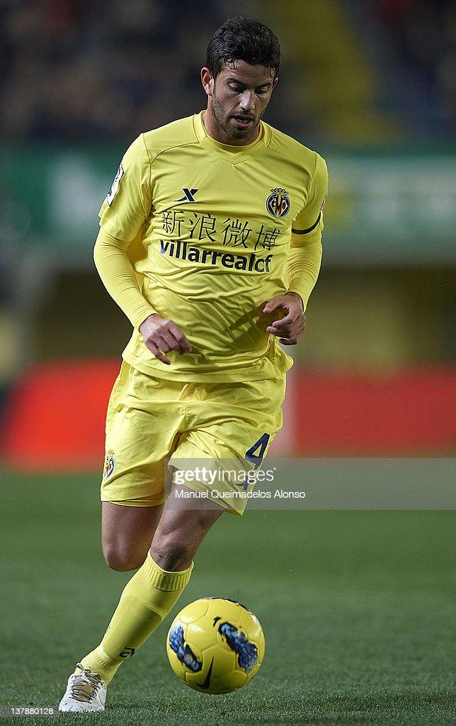 Mateo Musacchio of Villarreal runs with the ball during the la Liga match between Villarreal and Barcelona at El Madrigal on January 28, 2012 in Villarreal, Spain.