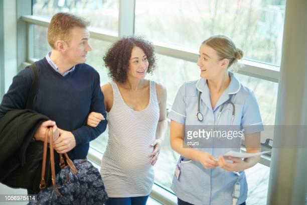 aankomst van de kraamafdeling - prenatale zorg stockfoto's en -beelden