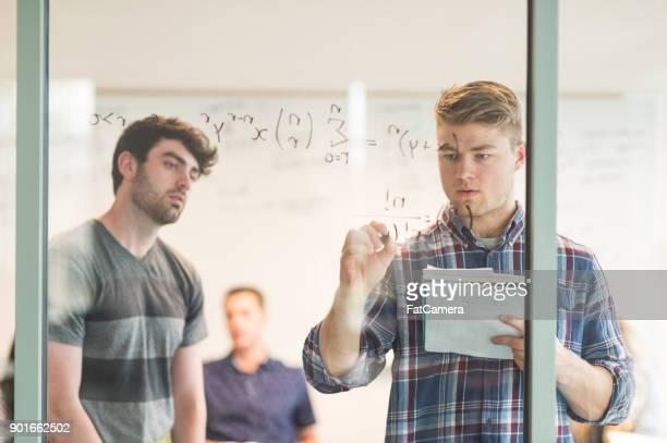 problema de matemática resolvendo na sala de conferências - individual event - fotografias e filmes do acervo