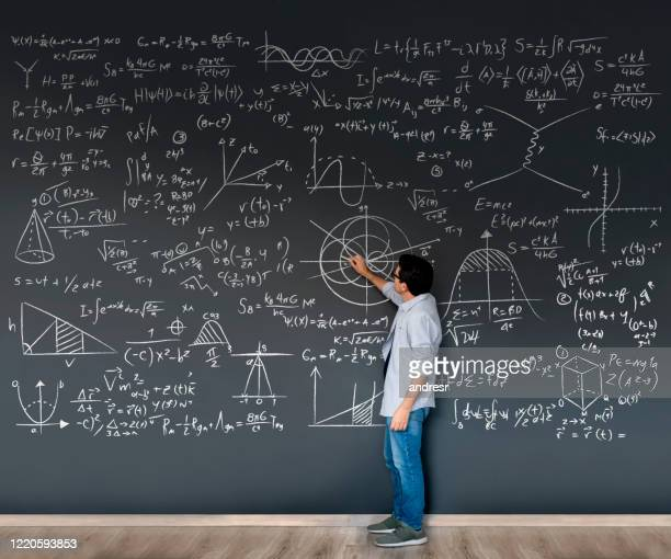 professor de matemática escrevendo fórmulas em um quadro-negro - física - fotografias e filmes do acervo