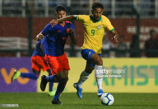 Matheus Cunha of Brazil controls the ball during a Olympic Soccer Friendly match against Colombia at Pacaembu Stadium on September 05 2019 in Sao...