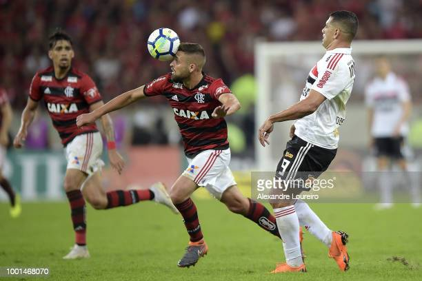 Matheus Sávio of Flamengo struggles for the ball with Diego Souza of Sao Paulo during the match between Flamengo and Sao Paulo as part of Brasileirao...