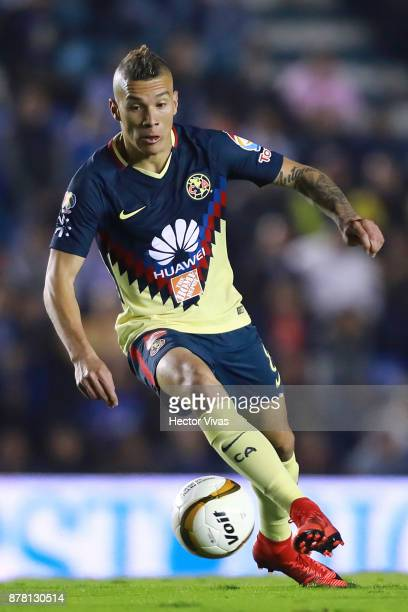 Mateus Uribe of America drives the ball during the quarter finals first leg match between Cruz Azul and America as part of the Torneo Apertura 2017...