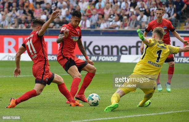 Mathew Leckie Davie Selke of Hertha BSC and Lukas Hradecky of Eintracht Frankfurt during the game between Eintracht Frankfurt and Hertha BSC at the...