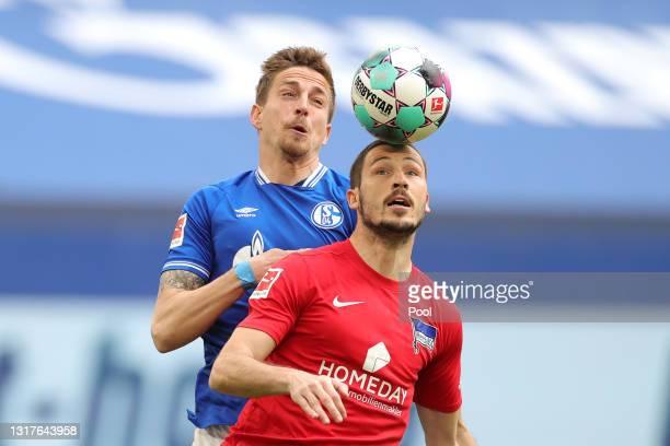 Mathew Leckie of Hertha BSC battles for possession with Bastian Oczipka of FC Schalke 04 during the Bundesliga match between FC Schalke 04 and Hertha...