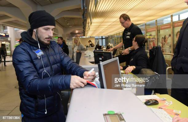Mathew Leckie of Hertha BSC gibt Autogramme during the departure on november 22 2017 in Berlin Germany