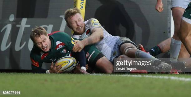 Mathew Tait of Leicester Tigers scores their first try during the Aviva Premiership match between Leicester Tigers and Saracens at Welford Road on...