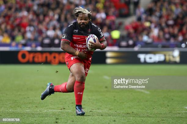 Mathieu Bastareaud of RC Toulon runs with the ball during the Top 14 final match between ASM Clermont Auvergne and RC Toulon at Stade de France on...
