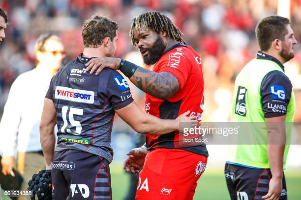Mathieu Bastareaud of Toulon and Leigh Halfpenny of Scarlets during the European Champions Cup match between Toulon and Scarlets on October 15 2017...