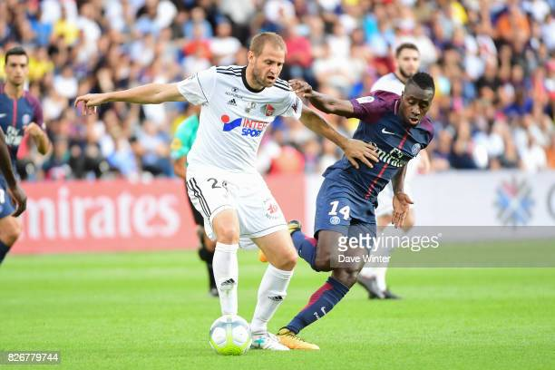 Mathieu Bodmer of Amiens and Blaise Matuidi of PSG during the Ligue 1 match between Paris Saint Germain and Amiens SC at Parc des Princes on August 5...